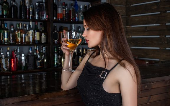Πώς το αλκοόλ συνδέεται με έμφραγμα και άλλα προβλήματα στην καρδιά