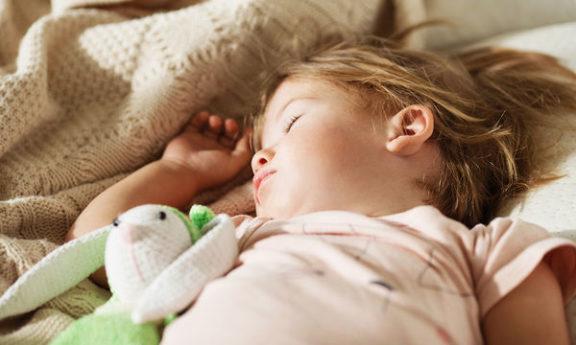 Δείτε από τί προστατεύονται τα παιδιά που κοιμούνται νωρίς