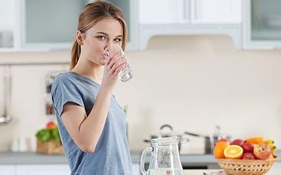 Δείτε γιατί πρέπει να πίνετε νερό με άδειο στομάχι το πρωί!