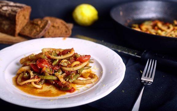 Καλαμαράκια με ντομάτα