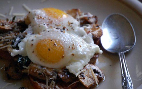 Ποιος είναι ο πιο υγιεινός τρόπος να τρώτε τα αυγά, σύμφωνα με τoυς ειδικούς
