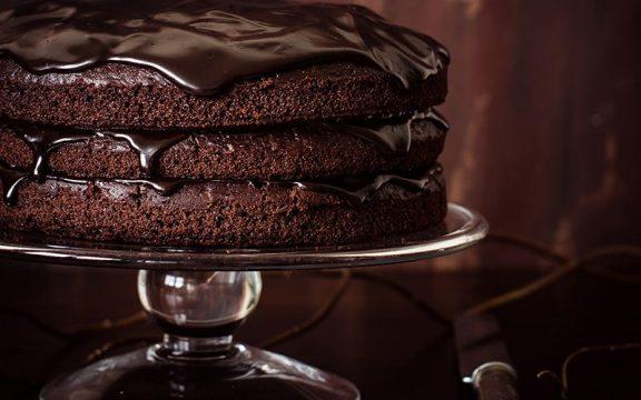 Κέικ σοκολάτας με γλάσσο και κόκκινο κρασί
