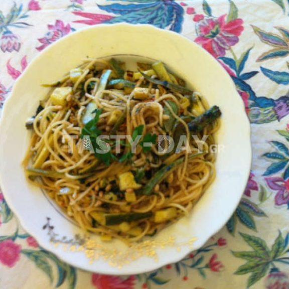Καλοκαιρινή μακαρονάδα με κολοκυθάκια και αρωματικά βότανα