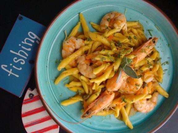 Strozzapreti al limone με γαρίδες, καρότο, και κάπαρη, της Μαρίας Πατσιά
