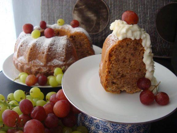 Κέικ σιμιγδαλιού με καρύδια και κρασί Vinsanto, της Μαρίας Πατσιά