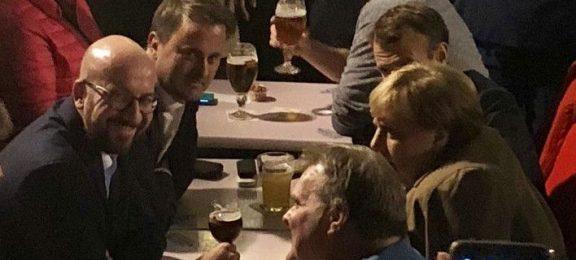 Σε μπαρ για μπύρα και τηγανητές πατάτες Μέρκελ-Μακρόν
