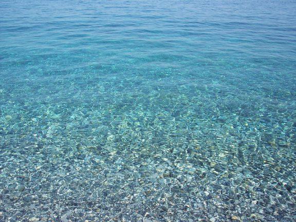 Γαλάζιες σημαίες: Οι 29 πιο καθαρές παραλίες της Αττικής για το 2019