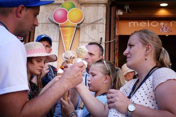 Παρίσι – Ρώμη: Οι τουρίστες ξέχασαν τους περιπάτους – Αναζητούν σκιά και…παγωτό!