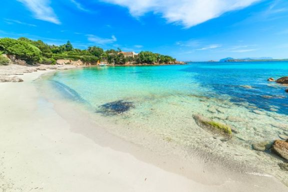 10 τόνους χαλαζιακής άμμου που είχαν αφαιρέσει τουρίστες επιστρέφουν στις παραλίες της Σαρδηνίας
