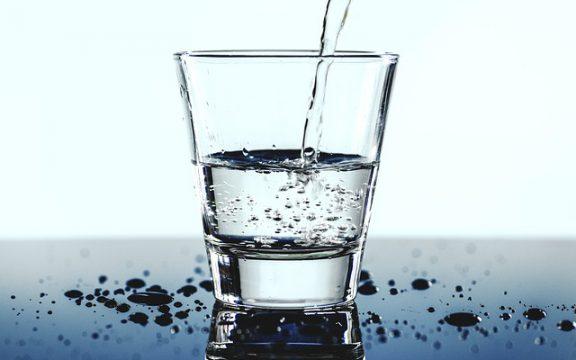Τελικά πόσο νερό πρέπει να πίνουμε μέσα στην ημέρα;