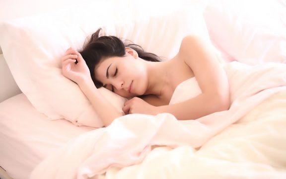 Τι να πίνουμε πριν κοιμηθούμε και τι να αποφεύγουμε για καλύτερο ύπνο