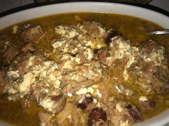 Ενα κυριακάτικο πιάτο, «μπουκιά και συγχώριο»! Χοιρινή τηγανιά με λουκάνικα και φέτα