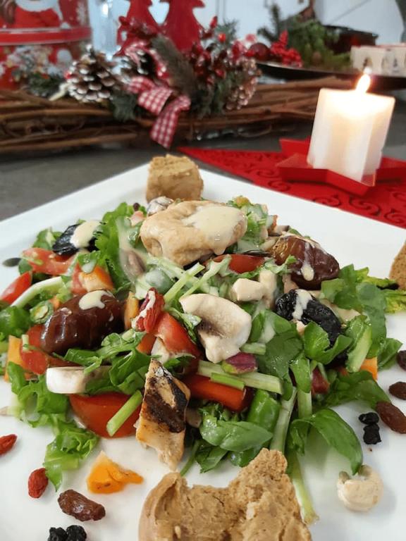 Σαλάτα με ωμά λαχανικά, στήθος κότας, ξηρούς καρπούς και Honey Dijon Zero, από την Helena's Greek Cooking