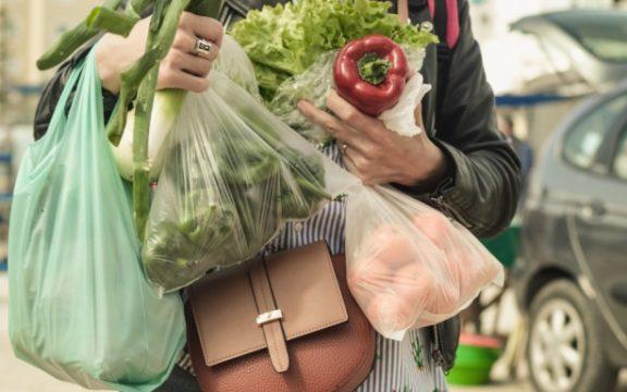 ΙΕΛΚΑ: Εντυπωσιακή μείωση χρήσης της πλαστικής σακούλας στα σούπερ μάρκετ