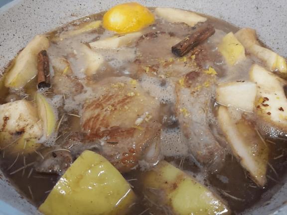 Χοιρινες μπριζόλες με κυδώνια κρασί και μέλι, από το Helena's Greek Cooking