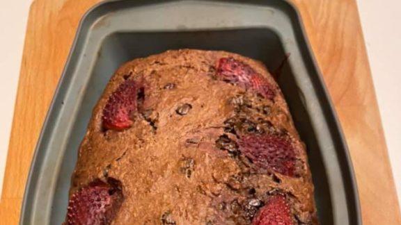 Μένουμε σπίτι και φτιάχνουμε κέϊκ μπανάνας, με έξτρα σοκολάτα και φράουλα, της Σούζι Μανωλιάδη
