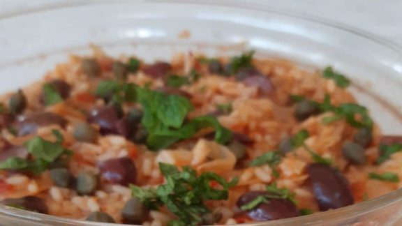 Mένουμε σπίτι και φτιάχνουμε λαχανόρυζο με ελιές και κάπαρη, της Αλέκας Κυφιώτη